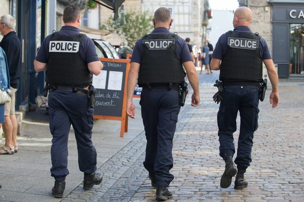 Des policiers patrouillent en centre-ville - Photo d'illustration