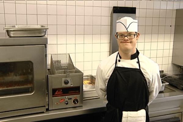 Pierre-Henri pose en cuisine