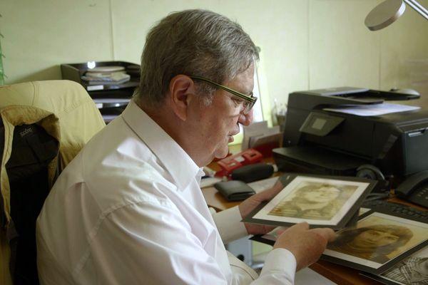 Pierre Monnoir est toujours aussi ému en regardant les photos des jeunes filles disparues