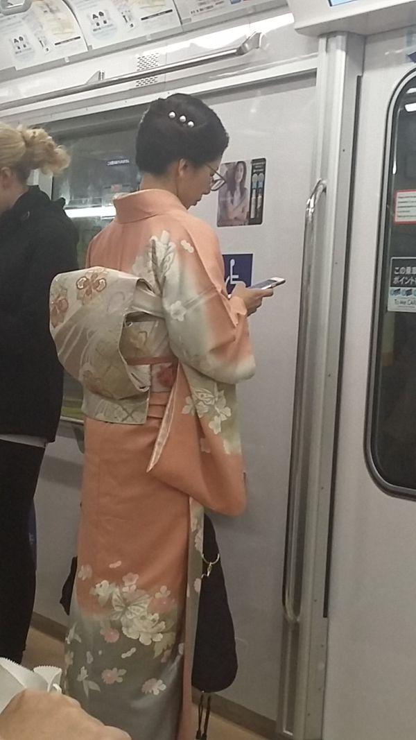Une Japonaise porte le traditionnel kimono dans le très moderne métro de Tokyo.