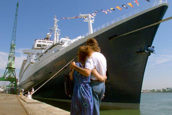 Même 20 ans après son départ du Havre, l'ex-France devenu Norway attire toujours les nostalgiques, comme ici dans le port havrais  lors de l'Armada de 1999. Il était alors hôtel flottant pendant quelques jours.