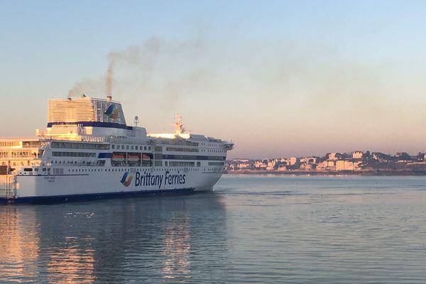 Un navire de la Brittany Ferry reliant Portsmouth à Saint-Malo, arrive dans la cité corsaire
