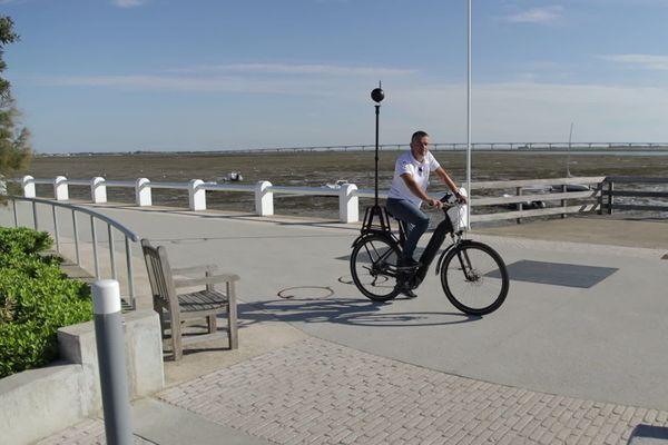 Christophe Courcaud parcours l'île d'Oléron pour cartographier les pistes cyclables.