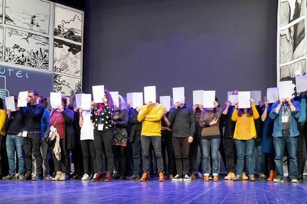 """Plusieurs dizaines d'auteurs sont montés sur la scène du théâtre d'Angoulême pour rappeler que """"sans auteur et autrice, il n'y a pas de BD""""."""