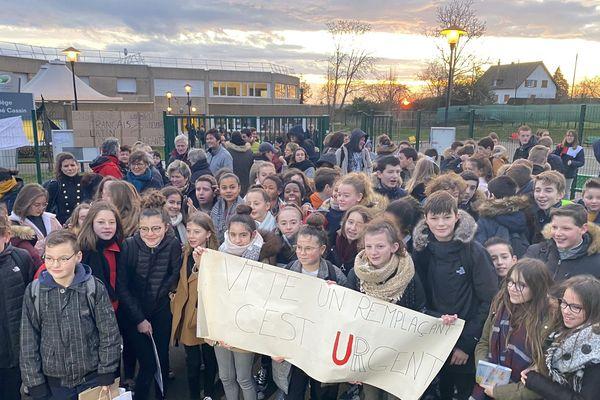 """""""Vite, un remplaçant c'est urgent !"""" peut-on lire sur cette banderole. Parents et élèves se mobilisent pour tirer la sonnette d'alarme. Le 15 janvier 2020."""