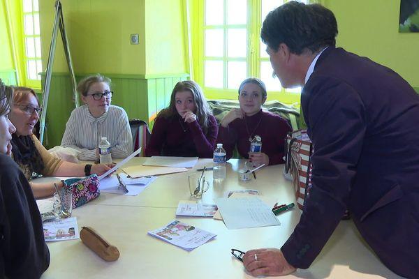 Accompagnés par du personnel pédagogique, les élèves ambassadeurs mettent en place des projets de sensibilisation pour lutter contre le harcèlement scolaire - 07 novembre 2019
