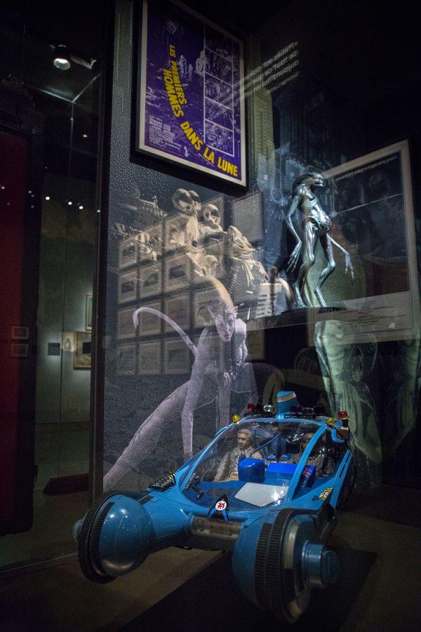 Une des vitrines dans la salle consacrée au Voyage dans la Lune - Musée Méliès