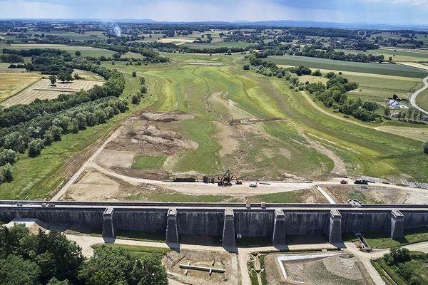 Le réservoir de Chazilly fait l'objet d'importants travaux de réhabilitation : il fait partie des barrages qui alimentent en eau le canal de Bourgogne.