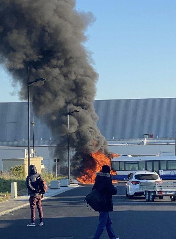 Un incendie a entièrement détruit un bus de la compagnie Tisseo ce vendredi 23 avril à Plaisance-du-Touch près de Toulouse