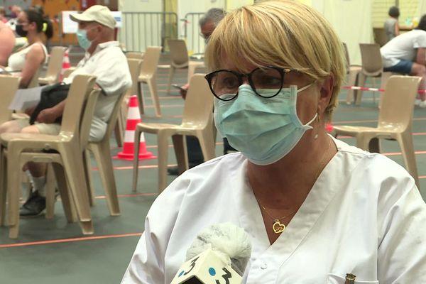 """""""La semaine dernière c'était une période un peu plus calme"""", témoigne Anne-Marie Radal, infirmière d'accueil """"Nous étions à peu près entre 350 et 450 candidats. Alors que nous sommes montés parfois le mois dernier à 680 par jour."""""""