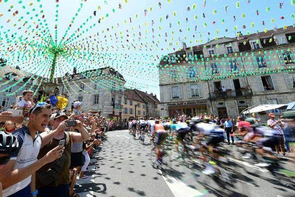 Les coureurs en étape à Arbois, Tour de France 2017