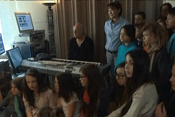 Les enfants de Saint-James entourent Didier Barbelivien dans son studio du XVIIème arrondissement
