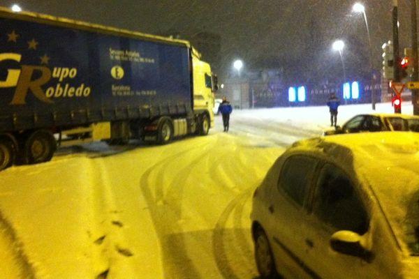 Mardi soir, un camion bloqué en travers du boulevard Diancourt à Reims