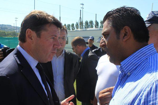 Le député maire Christian Estrosi face aux gens du voyage qui ont investi le stade de rugby des Arboras le 30 juin 2013
