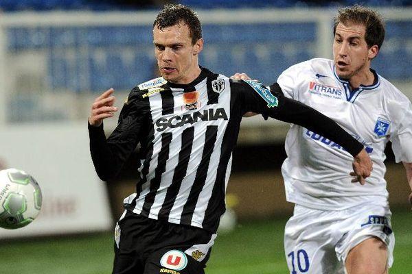 Auxerre s'est fait battre à la dernière minute par Angers lundi 2 mars 2015 lors du dernier match de la 26e journée de Ligue 2 de football.