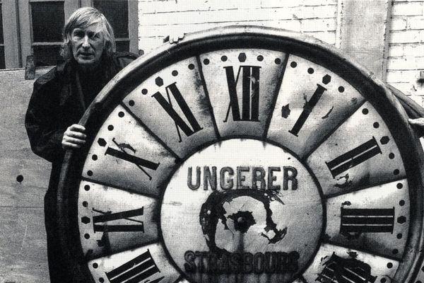 Tomi Ungerer avec un cadran d'horloge monumentale de la firme Ungerer - Vers 1990-1993