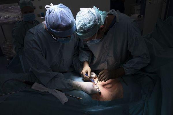 Avec la la chimiothérapie par aérosol, le patient est placé sous anesthésie générale pour lui ouvrir légèrement le ventre et diffuser le produit sous forme de spray.