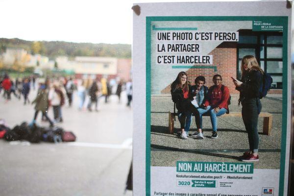 Une campagne d'affichage contre le cyberharcèlemet dans un établissement de l'Oise en novembre 2019.