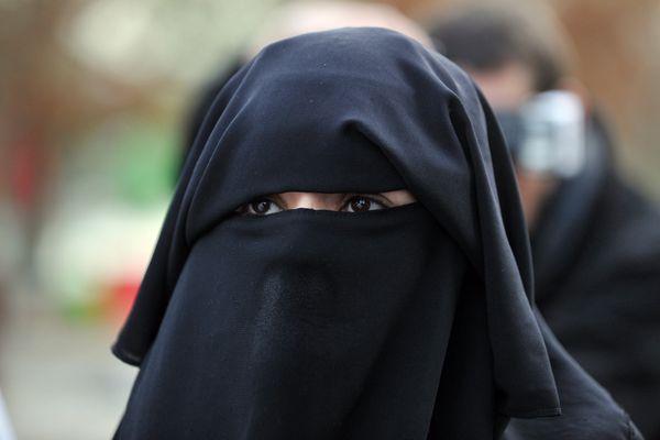 Une femme portant un niqab, Nantes, 2012