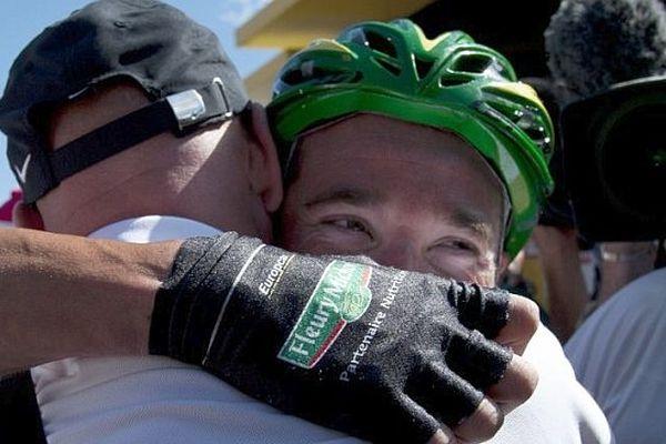 Thomas Voeckler savoure sa victoire avec un membre de l'équipe Europcar