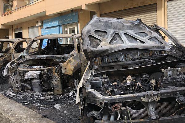 Les véhicules détruits ce jeudi 11 avril sur le parking de l'immeuble Le Provence, rue de l'Impératrice Eugénie à Bastia.
