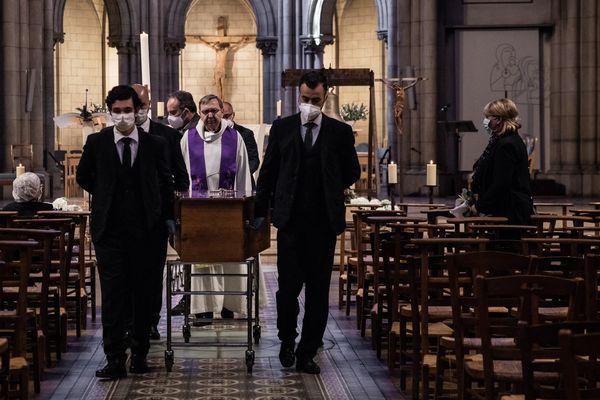 Un enterrement d'une victime du Covid-19 à Paris à la basilique Notre Dame du Perpétuel Secours, le 20 avril 2020
