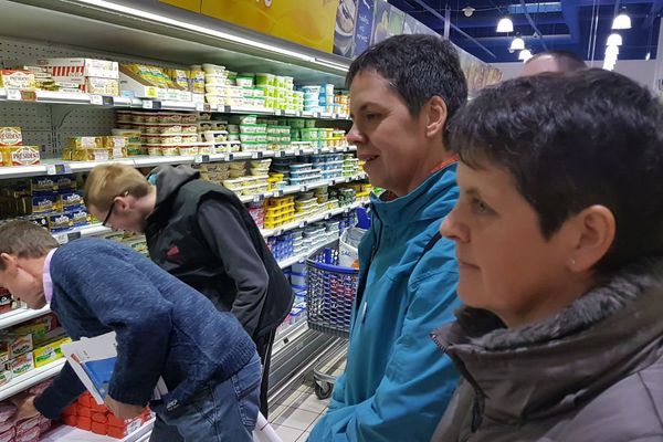 """""""Opération vérité"""" sur la pénurie de beurre mené par des producteurs laitiers dans une grande surface de Pordic (Côtes d'Armor)"""