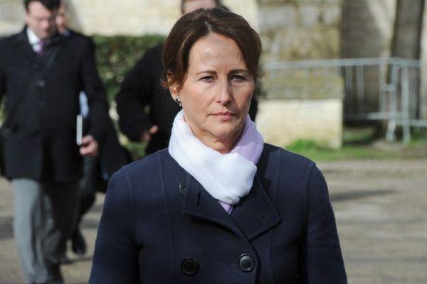 Ségolène Royal à son arrivée à Rochefort ce jeudi matin après l'accident d'autocar dans lequel six jeunes ont trouvé la mort.