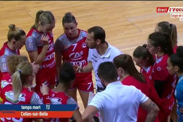 Pablo Morel entouré de ses joueuses alors que Celles-sur-Belle est rattrapé au score par Brest.