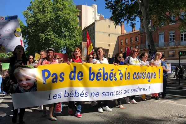Environ 800 personnes manifestent dans les rues de Toulouse ce jeudi pour dire leurs inquiétudes face à la réforme annoncée des normes d'accueil de la petite enfance.