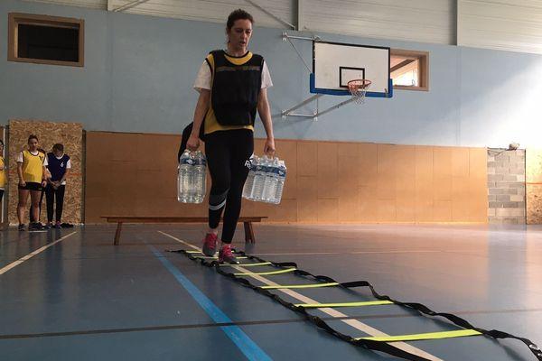 Gilet lesté et packs d'eau pour se rendre compte des difficultés quotidiennes des personnes obèses.