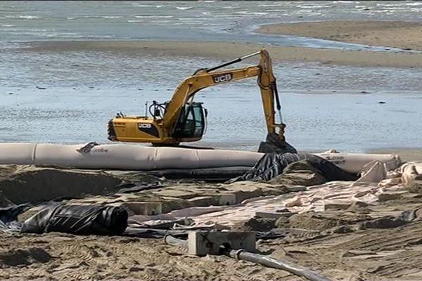 A Gouville-sur-Mer, un chantier vise à rehausser le niveau de la plage de plus de 2 mètres.