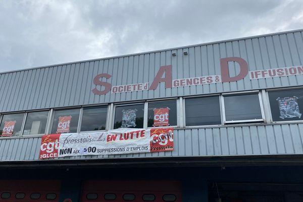 Les ex-salariés bloquent l'entrepôt de la SAD à Marseille (Bouches-du-Rhône).