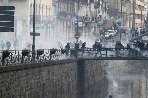 Affrontements entre manifestants et forces de l'ordre sur les quais de la Vilaine à Rennes en marge de la manifestation contre le projet de loi Travail - 28/04/2016
