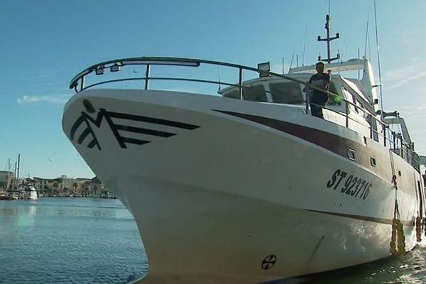 Après une journée de pêche ce bateau ramènera 5 bacs remplis de déchets