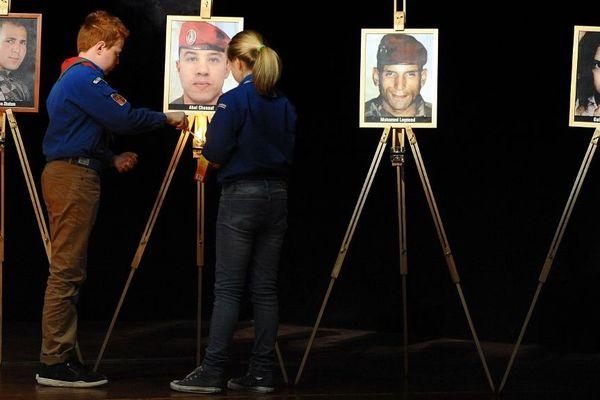 En mars 2014, des enfants allument des bougies en mémoires des 7 victimes du tueur toulousain, Mohamed Merah.