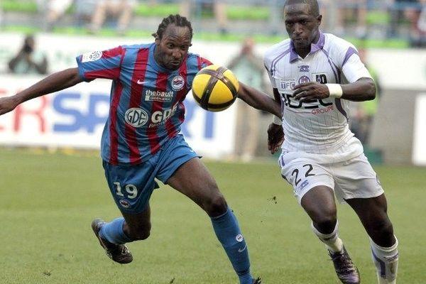 Jérémy Sorbon (SM Caen) aux prises avec Moussa Sissoko (FC Toulouse) lors du championnat 2011/2012 (archives)