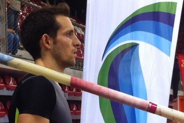Le champion olympique de saut à la perche en grande forme.