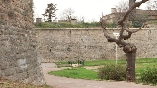 Ce grand mur d'enceinte protégeait la ville des incursions des armées ennemies.