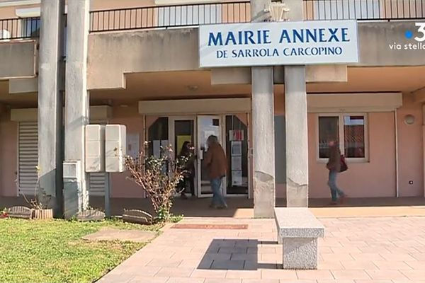 À Sarrola-Carcopino, un contrat de mandature devait unir Femu a Corsica et le maire sortant, Alexandre Sarrola. Une alliance qui a suscité la polémique sur les réseaux sociaux et qui a finalement été annulée.