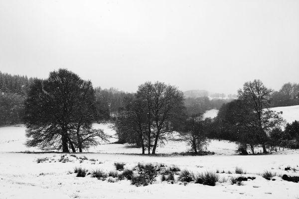 Les abords des routes sont entièrement ensevelis de neige, Meymac (Corrèze)