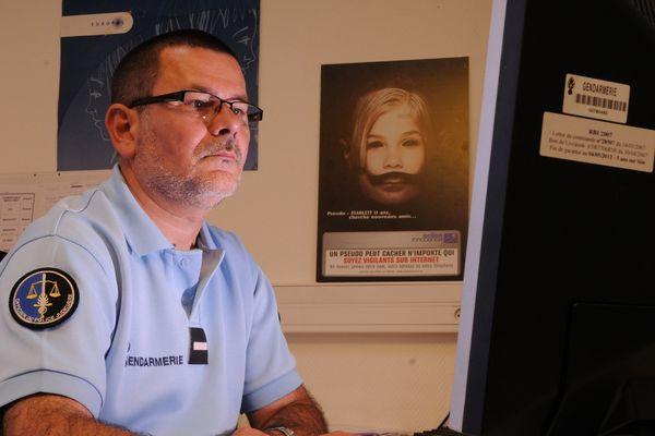 Un enquêteur au Bureau du Centre national d'analyse des images de pédopornographie (CNAIP). Dans le cadre d'une enquête, un gendarme classe dans la base de données des fichiers d'images en vue de leur analyse.