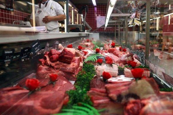 De la viande sur l'étale d'un boucher en France