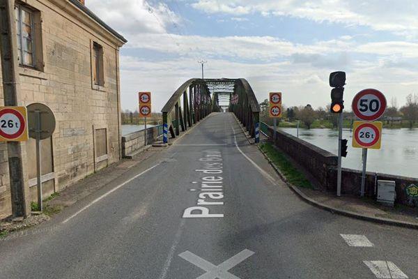 L'actuel pont de Fleurville présente des fragilités et son utilisation est soumise à des restrictions de vitesse et de tonnage