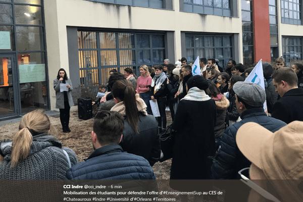Les étudiants ont manifesté devant l'université puis dans les rues de la ville. Ils craignent pour l'avenir de leurs formations.