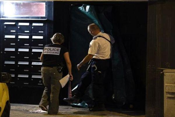 Des policiers relèvent les indices à l'entrée de l'immeuble où deux hommes ont trouvé la mort dans une fusillade, à Montpellier