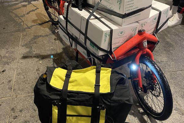 Le vélo cargo transporte parfois de lourdes charges. Ici, 120 kg de champagne