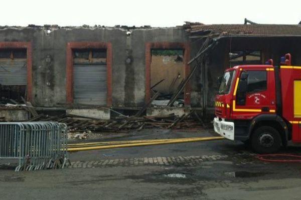 L'incendie s'est déclaré jeudi soir aux environs de 21 heures. Dans un entrepôt de 3 000 m2 près de la gare du Puy-en-Velay.