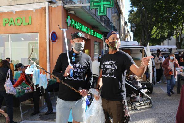 """Tout au long de leur marche, Eddy et Fred portent ce t-shirt avec ce slogan """"Arrêter de niquer ta mer""""."""