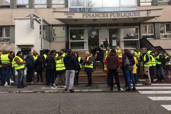 Une vingtaine de Gilets jaunes bloque l'entrée du centre des impôts de Limoges, à 9 heures, mardi 4 décembre.